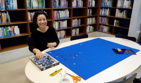 Céline Domengie en cours d'installation de son œuvre